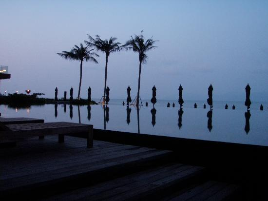 Hansar Samui Resort: the infinity pool in the evening