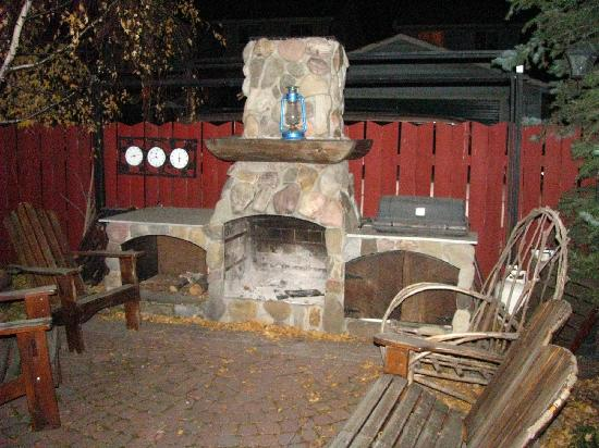 Tending Gardens Bed and Breakfast: Outdoor fireplace