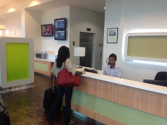 Ibis budget Auckland Airport: Reception