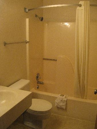 Super 8 Kingdom City : view of bathroom