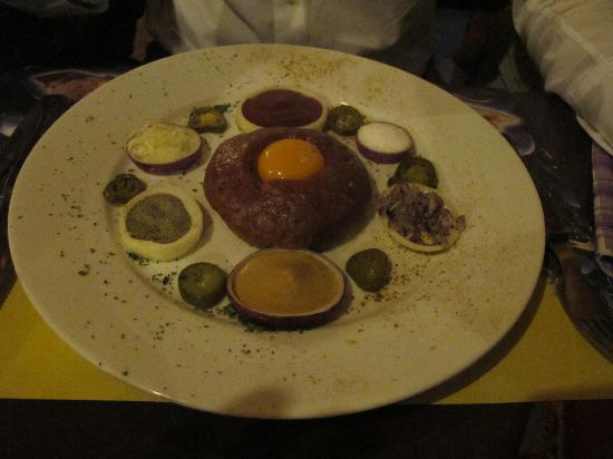 Havana Restaurant: la tartara, prima della preparazione con gli ingredienti che la circondano
