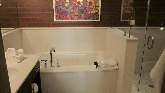 City Loft Hotel: View of the bathtub from the bathroom door.