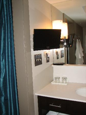 City Loft Hotel : Small TV with Cable in the bathroom!