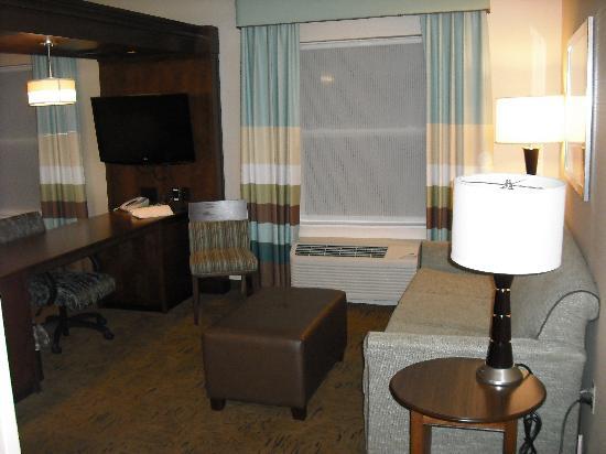 Hampton Inn & Suites Exeter: Living room area / Room 333