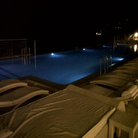 Gran Hotel Sol y Mar: infinity pool on evening
