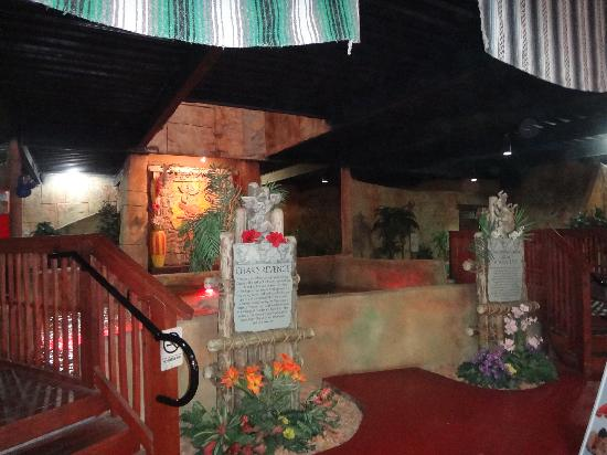 Cancun Lagoon Miniature Golf : Lobby view of the 2 indoor/outdoor courses