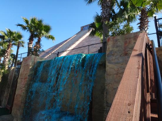 Cancun Lagoon Miniature Golf : Waterfalls and ponds throughout