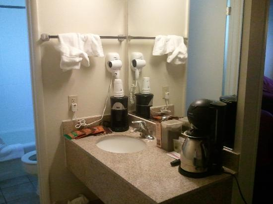 Best Western Prescottonian: Seperate sink, and shower.