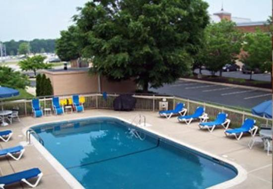 Quality Inn Newark: Outdoor Pool