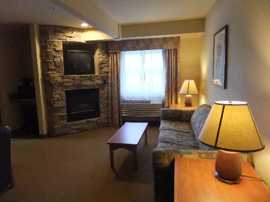 La Quinta Inn & Suites Vancouver: cozy living room with fire place