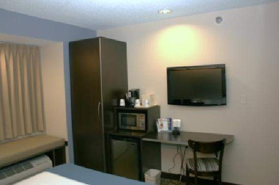 Microtel Inn & Suites by Wyndham Elkhart: TV, closet, microwave and fridge