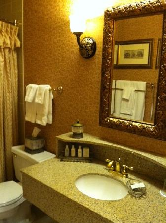 The Saint Paul Hotel: Bathroom