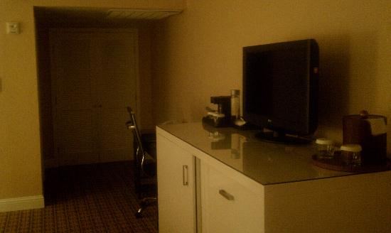 Crowne Plaza Palo Alto: TV, dresser, etc.
