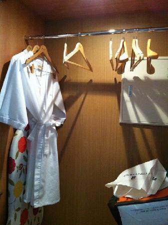 Best Western Premier Guro Hotel: The wardrobe