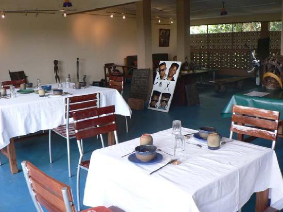 Villa Yiri Suma : terrasse bar restauration TV
