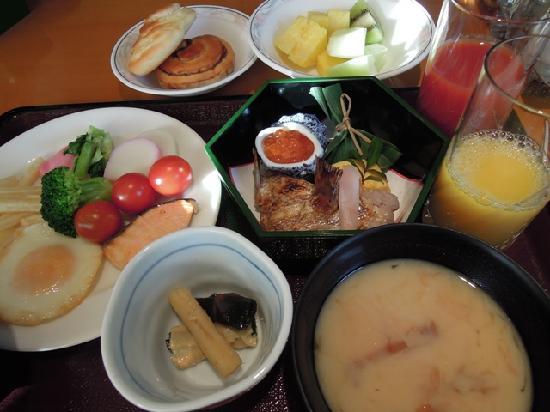Hotel Centnovum Kyoto: 朝食バイキングは和食、洋食とも無難(写真はお正月バージョン)