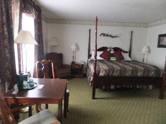La Quinta Inn & Suites Grants Pass: Victorian style kingsize bed (a bit noisy)