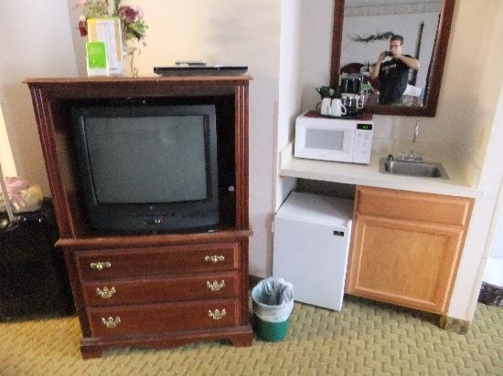 La Quinta Inn & Suites Grants Pass: tv, microwave, fridge and sink
