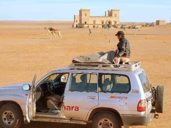 Auberge Kasbah Leila: Vista de el albergue desde las primeras dunas