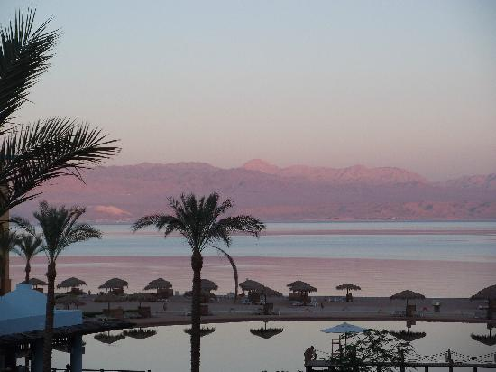 Strand Beach and Golf Resort Taba Heights : view from hotel to saudi arabia in evening