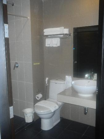 Lub Sbuy Guest House: Bathroom