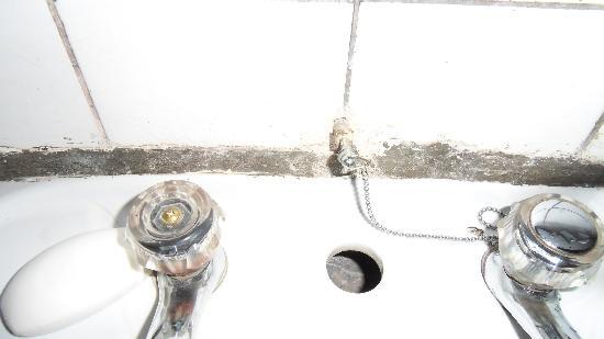 Gisakura Guest House : tour de lavabo moisi