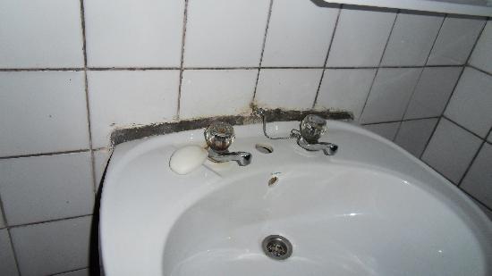 Gisakura Guest House : lavado et savon avec poils en prime