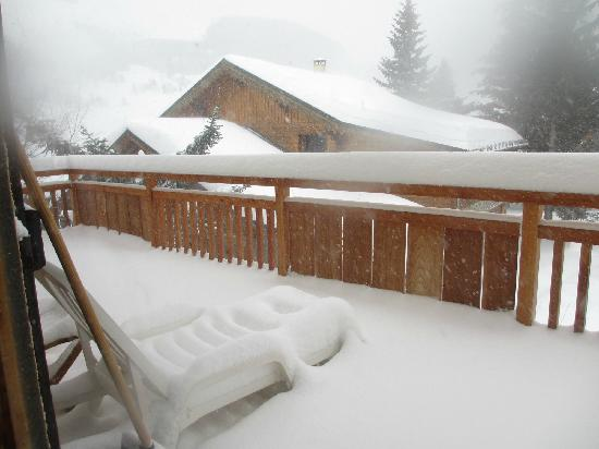 Neilson Chalet L'Olan : The snow covered balcony