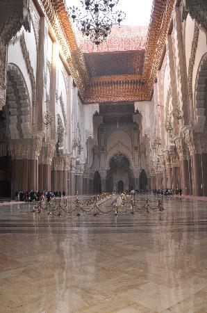Mezquita de Hassan II: L'immensa navata centrale col tetto scorrevole decorato a motivi floreali