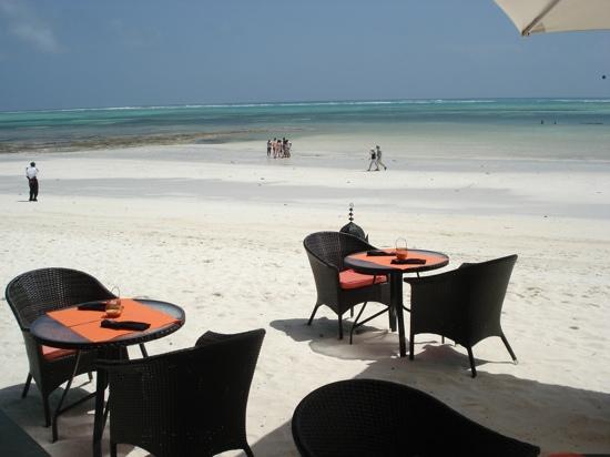 Melia Zanzibar: les tables du restaurant de la plage