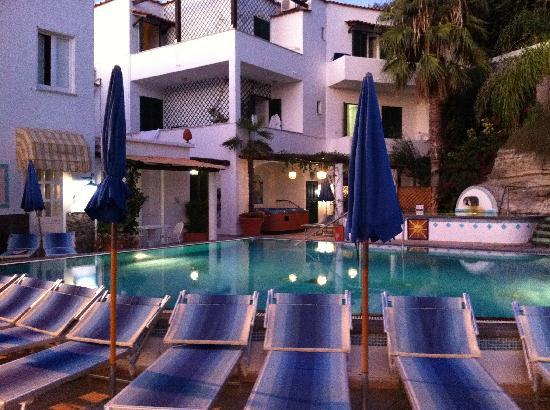 Villa Bianca: piscina la mattina