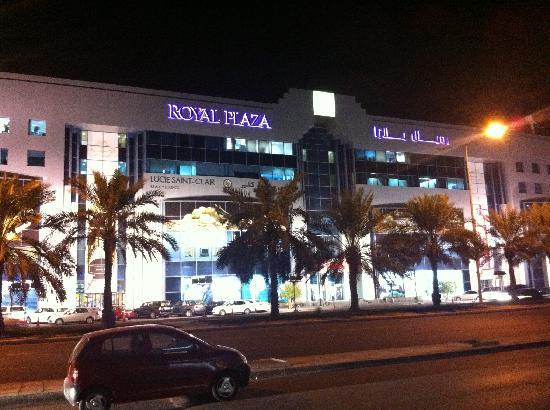 Merwebhotel Al Sadd Doha: centre commercial en face de l'hotel