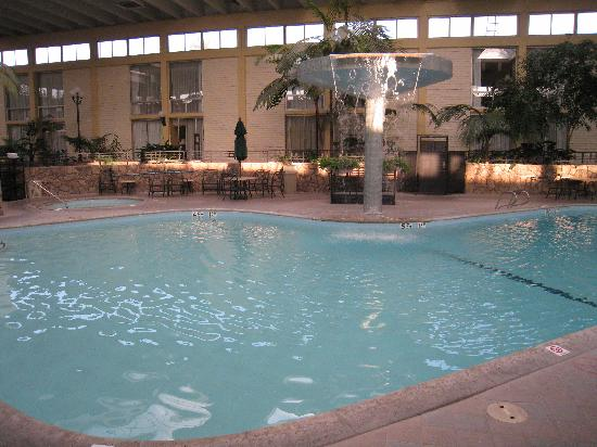 Ramada Fresno Airport: Waterfall pool and hot tub in the atrium