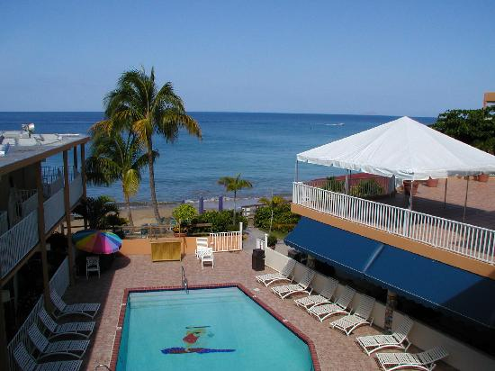 Beachside Villas Rincon: Pool contra Strand