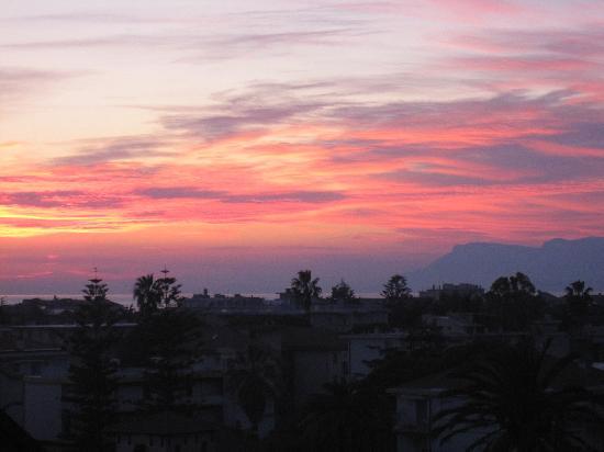 Bordighera, Italie : Sunrise from my balcony