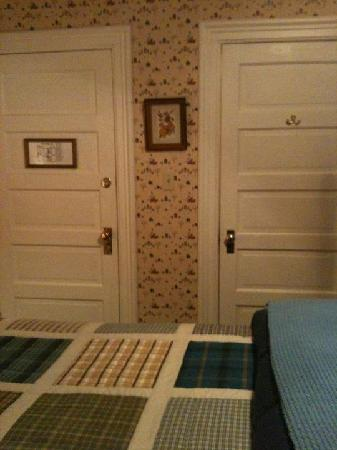 Great Tree Inn Bed & Breakfast : room door and bathroom entry