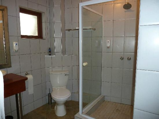 Beach Lodge Swakopmund: Shower room -no bath