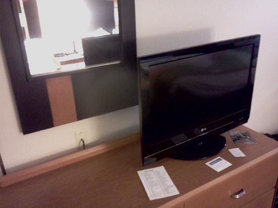 Fairfield Inn & Suites Minneapolis-St. Paul Airport : Television and dresser