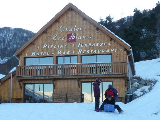 Chalet Hotel Les Blancs: Children play during sun sets
