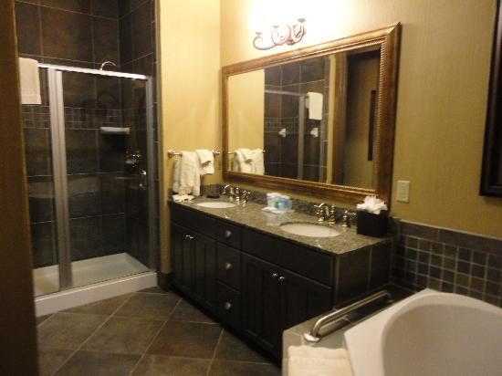 Wyndham Vacation Resorts Glacier Canyon: master bath