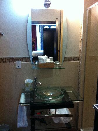 Le Petit Hotel: Bathroom