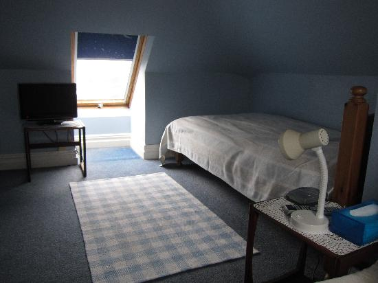 a warm, tidy and clean room - picture of sandfield guest house