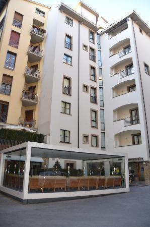 Gallery Hotel Art : Entrée hôtel et sa terrasse couverte