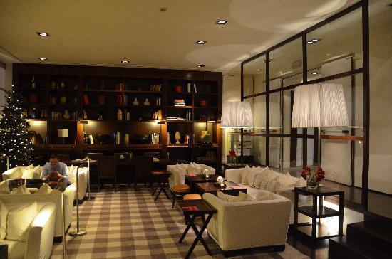Gallery Hotel Art : lounge et sa bibliothèque