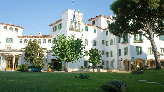 Hostal de La Gavina: The hotel from the garden.