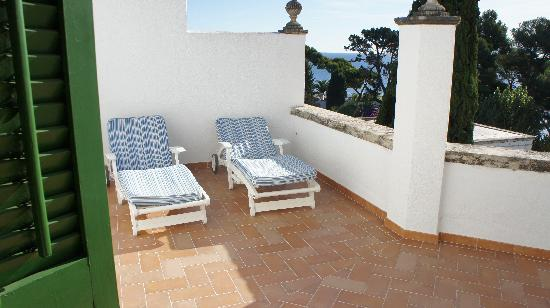 Hostal de La Gavina: Our private sunbeds at our large private balcony.
