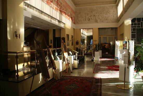 Hotel Terme Helvetia : El hall del hotel con el encanto de los setenta