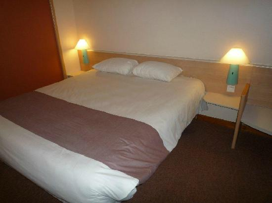 Ibis St Etienne Gare TGV : clean bedroom