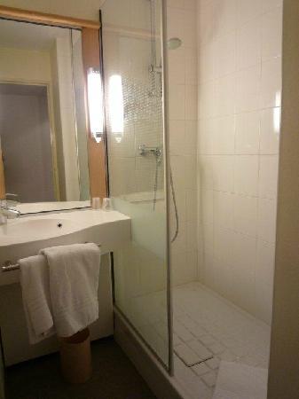 Ibis St Etienne Gare TGV : shower no bath