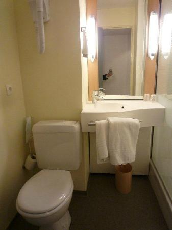 Ibis St Etienne Gare TGV : clean bathroom